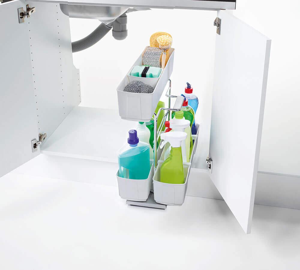 geöffneter Küchenschrank mit Putzmittelauszug