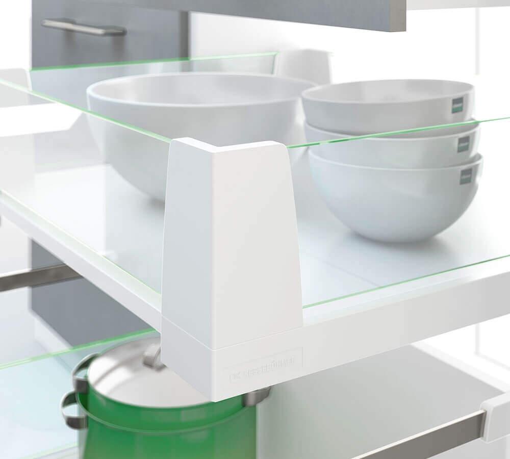 Geschirr im Küchenschrank
