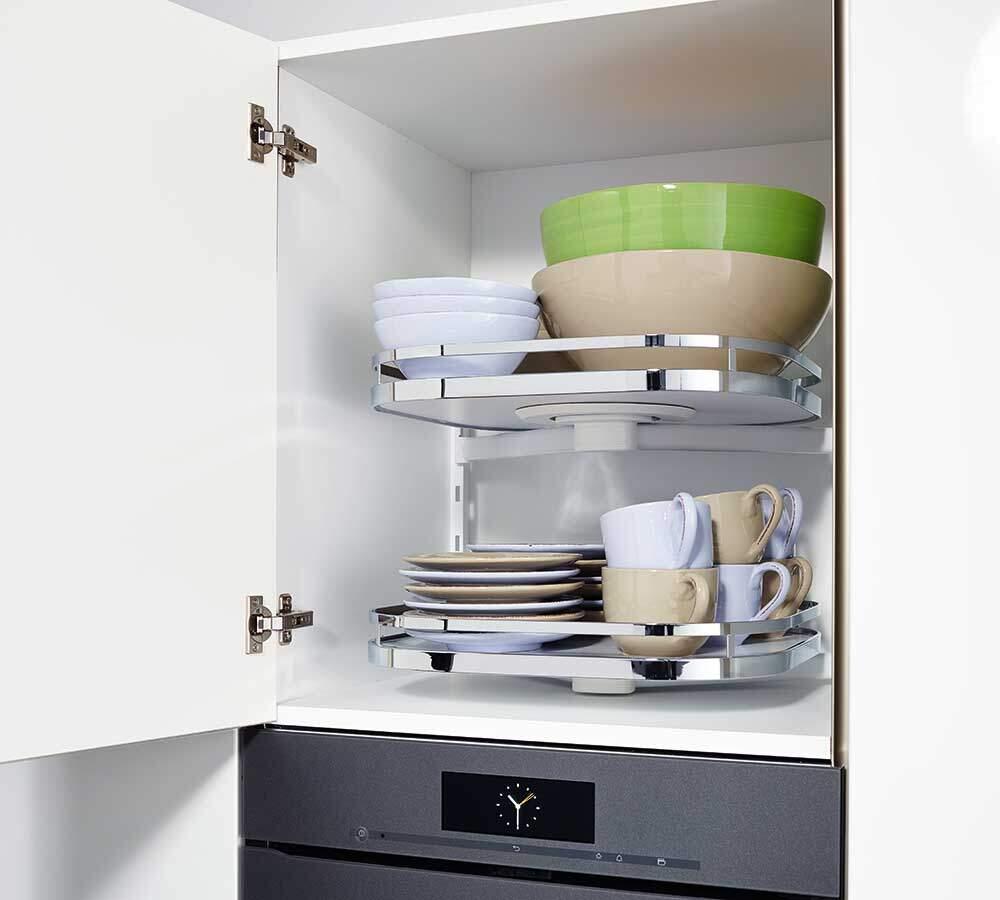 Küchenschrank mit drehbaren Tablaren