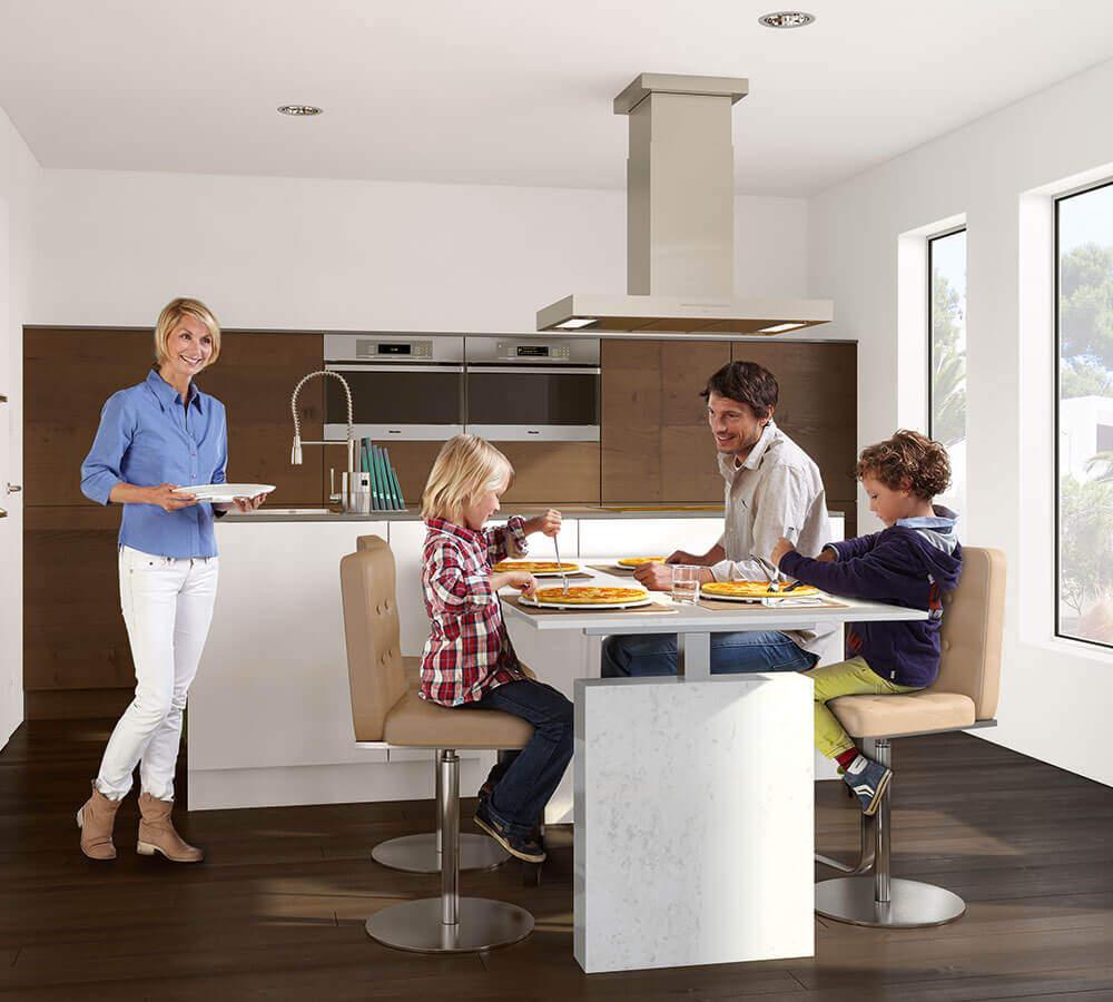 Familie am Küchentisch