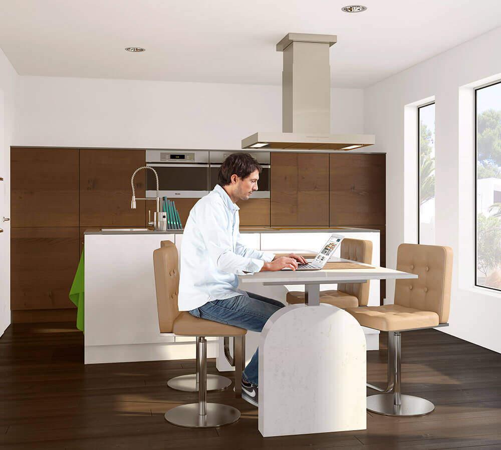 Mann sitzt am Küchentisch