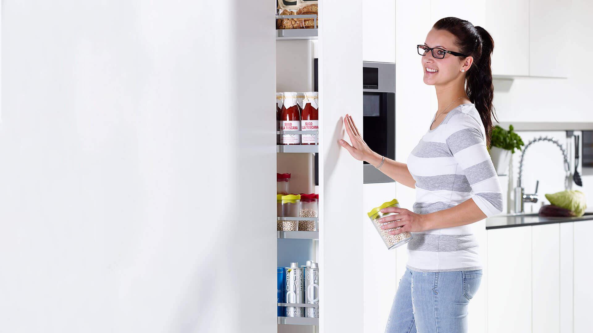 Frau am Küchenschrank