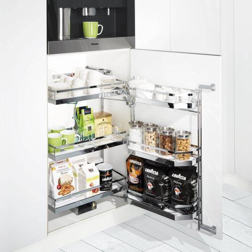 geöffneter Schrank mit Kaffeegeschirr, Kaffee und Tee